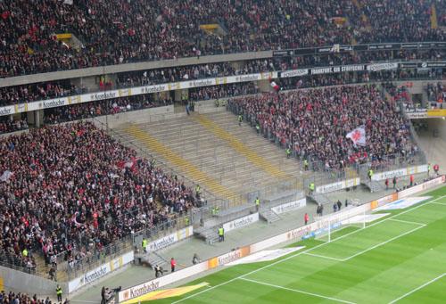 Der verwaiste Stehplatz-Block 40 der Frankfurter Ultras